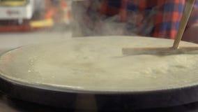 专业厨师铺平在一个热炉的面团与一把木小铲 股票录像