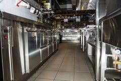 专业厨房,在钢的看法柜台 库存图片