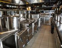 专业厨房,在钢的看法柜台 库存照片