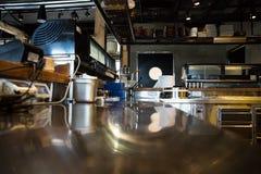专业厨房,在钢的看法柜台 图库摄影
