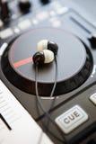 专业合理的混合的DJ密地控制器转盘 免版税图库摄影