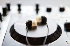 专业合理的混合的DJ密地控制器转盘 库存照片