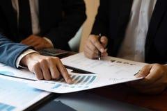 专业商务伙伴队谈论在会议对介绍计划投资方案运作的分析和 免版税库存照片