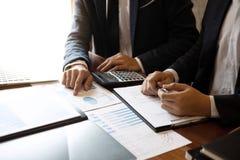 专业商务伙伴队谈论在会议对介绍计划投资方案运作的分析和 库存照片