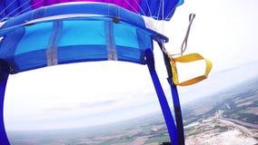 专业在天空的跳伞运动员开放降伞 在绿色平地上的飞行 Cloudness 股票视频