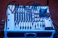 专业声音和音频搅拌器控制板与按钮和滑子 库存照片