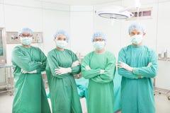 专业外科医生在一间外科屋子合作身分 免版税图库摄影