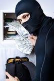 专业夜贼开张了一个小的安全 免版税库存照片
