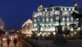 专业大厦在马德里,西班牙在晚上 免版税库存图片