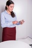 专业女性点燃一个蜡烛 免版税库存图片