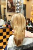专业她的沙龙的客户的美发师洗染的头发 在做法以后的颜色头发 hairdrasser展示上色 免版税库存图片