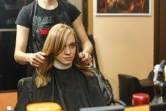 专业她的沙龙的客户的美发师洗染的头发 有hairdrier的Haircutter干毛发 选择聚焦 免版税库存照片