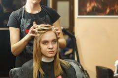 专业她的沙龙的客户的美发师洗染的头发 有hairdrier的Haircutter干毛发 选择聚焦 库存图片