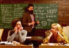 专业家庭教师是关于他们的学术内容的专家 学生从未延迟计划的研究会议 图库摄影