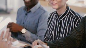 专业年轻商务伙伴对见面拍手并且微笑庆祝成功在办公室桌慢动作后 股票视频