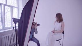 专业式样摆在时尚照片写真的时尚摄影师的在演播室 股票视频