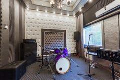 专业录音室的内部有音乐会的我 免版税库存图片