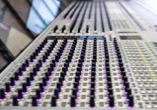 专业录音师` s控制台 遥控为录音师 混合的控制台 遥远的音乐会录音师 免版税库存照片