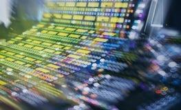 专业录音师` s控制台 遥控为录音师 混合的控制台 遥远的音乐会录音师 免版税库存图片