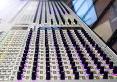 专业录音师` s控制台 遥控为录音师 混合的控制台 遥远的音乐会录音师 库存照片