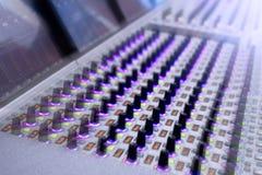 专业录音师` s控制台 遥控为录音师 混合的控制台 遥远的音乐会录音师 图库摄影