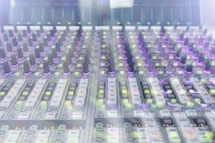 专业录音师` s控制台 遥控为录音师 混合的控制台 遥远的音乐会录音师 免版税图库摄影
