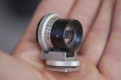 专业微型宏观摄象机镜头在手上 库存照片