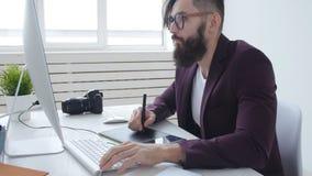 专业摄影和图形设计的概念 年轻时髦的人图表设计师,工作在a的摄影师 股票录像