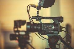专业摄象机在三脚架,摄制从不同的角度的一部电影的过程站立 库存图片