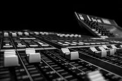 专业数字音频混合的书桌 免版税库存照片