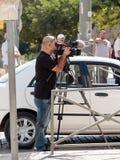 专业新闻工作者在老市耶路撒冷射击在摄象机的一个事件在街道上,以色列 免版税图库摄影
