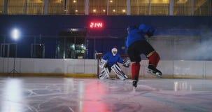 专业曲棍球运动员攻击门和罢工,但是守门员打顽童 在曲棍球的一个目标 目标 影视素材