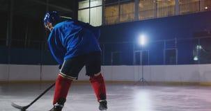 专业曲棍球运动员攻击门和罢工,但是守门员打顽童 在曲棍球的一个目标 顽童 股票视频