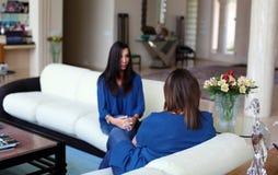 专业有患者的心理学家女性医生黑发 分享正面时光的母亲和女儿 免版税库存照片