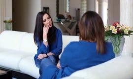 专业有患者的心理学家女性医生黑发 分享正面时光的母亲和女儿 库存照片