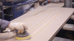 专业木匠擦亮剂木板表面 关闭 股票视频