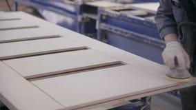 专业木匠擦亮剂木板表面 关闭 影视素材