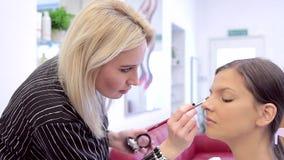专业构成 有模型的工作的化妆师 股票录像
