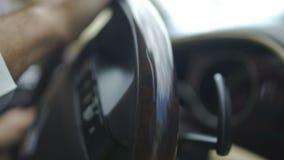 专业汽车夫转动的方向盘,驾驶汽车的商人的手 股票视频