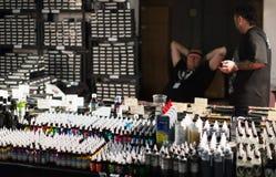 专业油漆许多管在附近陈列室和艺术家的 免版税库存照片