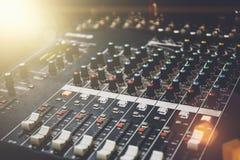 专业混音器在音乐和录音设备的演播室 免版税库存照片
