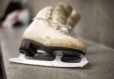 专业滑冰的鞋子在化装室 免版税库存图片