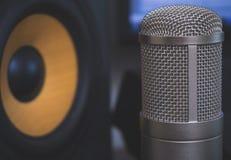 专业演播室显示器和电容传声器 免版税库存照片