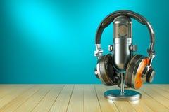 专业演播室话筒和耳机在木桌上 免版税库存照片