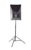 专业演播室闪光灯,隔绝在白色背景 照片在三脚架的技术光 一个新的饱和的黑三脚架 免版税库存照片