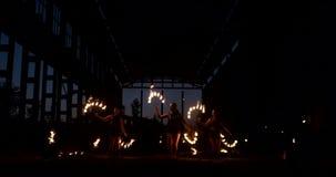 专业火展示在飞机的老飞机棚显示专业马戏艺术家三名妇女在皮革衣服 股票视频
