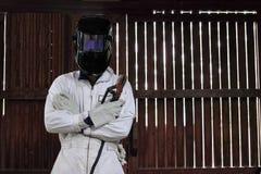 专业焊工和在白色制服的防护盔甲画象有火炬的在工厂 行业概念 图库摄影