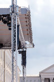 专业照明设备和声测设备在露天舞台 库存照片