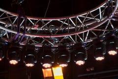 专业照明设备,演播室的强有力的光 电视录影射击 在一个圆的框架的许多电灯泡 在幕后, 免版税库存照片