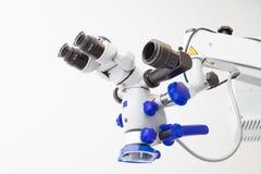 专业牙齿牙髓学的双目显微镜的图象 免版税库存图片